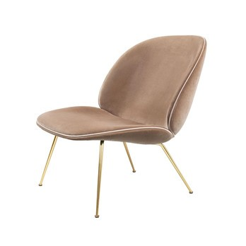 Gubi - Beetle Lounge Sessel mit Samt und Gestell Messing - beige/Samt Velluto G075/208/BxHxT 63x80x72cm/Biese in Luce 18/ Gestell Messing