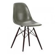 Vitra - Eames Fiberglass Side Chair DSW esdoorn donker