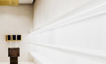 Heller Raum mit goldenen Deckenleuchten