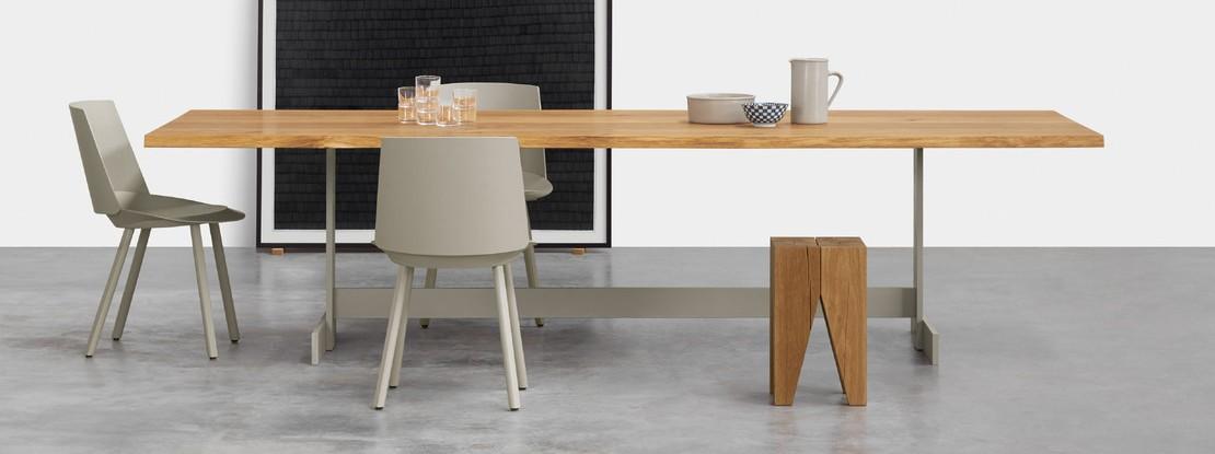 Esstisch mit Stühlen und Hocker