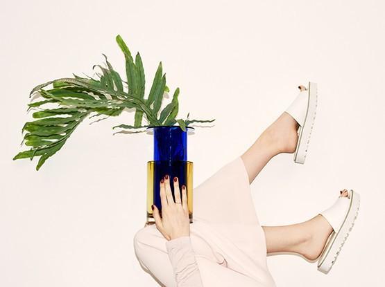 Füße mit Blumentopf