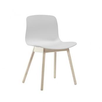 HAY - About a Chair 12 Stuhl - weiß/Gestell Eiche geseift/mit Kunststoffgleitern