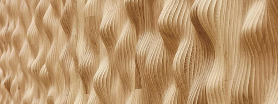Wellig geschnitztes Holz