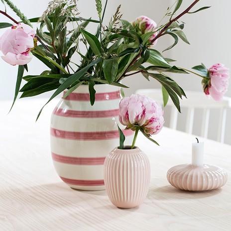Vasen mit rosa Pfingstrosen