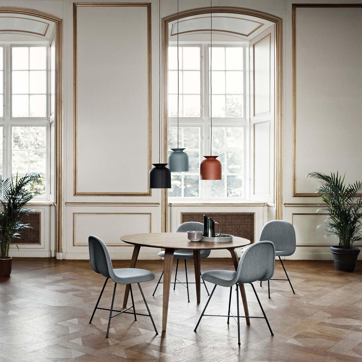 Gubi dining table round gubi for Exclusive esszimmertische