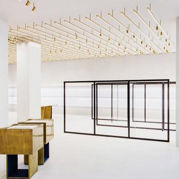 Raum mit goldenen Lampen