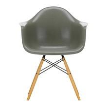 Vitra - Eames Fiberglass Armchair DAW gouden esdoorn