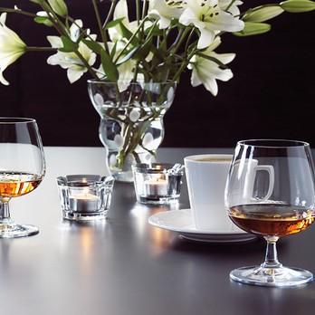 Cognac Glass mit Kaffee und Blumen