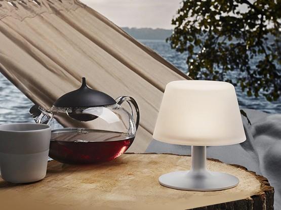 Hängematte mit Tisch, Teekanne und Tischlampe