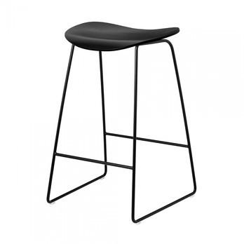 Gubi - Gubi 2D Counter Stool Hocker mit Kufengestell - schwarz/Sitzfläche Birke/BxHxT 44x68x45cm/Gestell schwarz