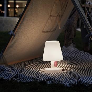 Tischlampe in einem Zelt bei Nacht