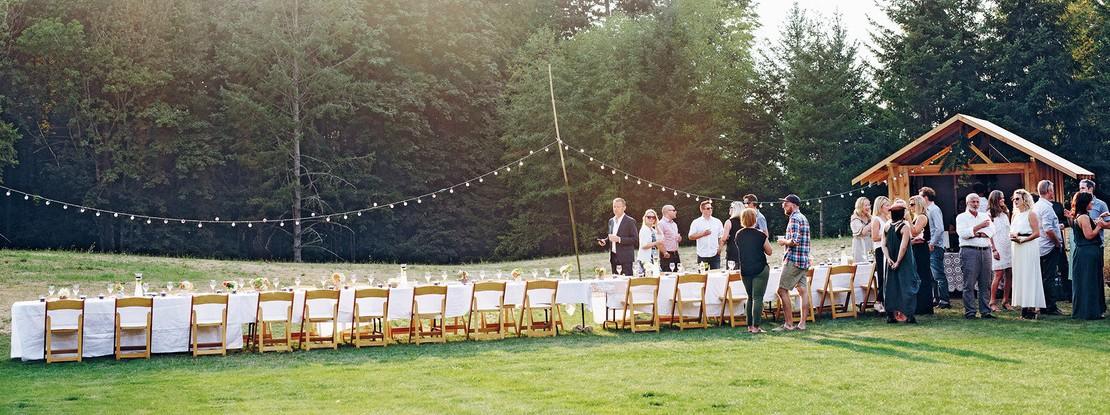 Lange Tafel auf einer Wiese mit Gästen
