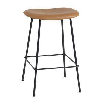 Muuto - Fiber Barhocker 65cm - cognac/schwarz/Sitzfläche Leder/BxHxT 45x66x44cm/Gestell Stahl schwarz: pulverbeschichtet