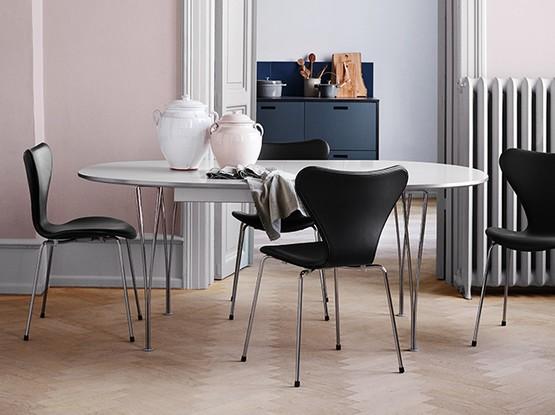 Esstisch mit drei Stühlen