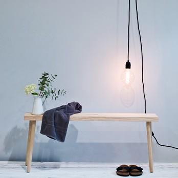 Holzbank mit Glühbirne