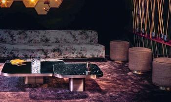 Wohnzimmer in Lila und Bordeaux