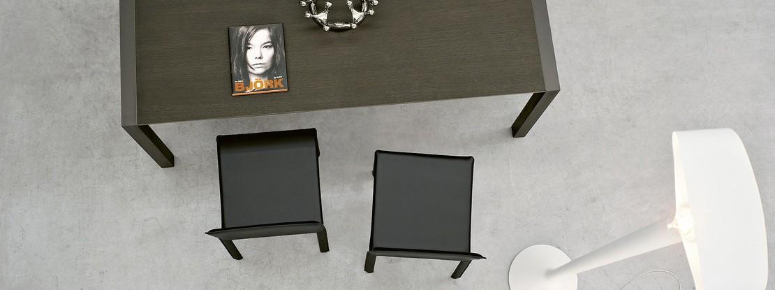 Tisch mit Stühlen und Leuchte