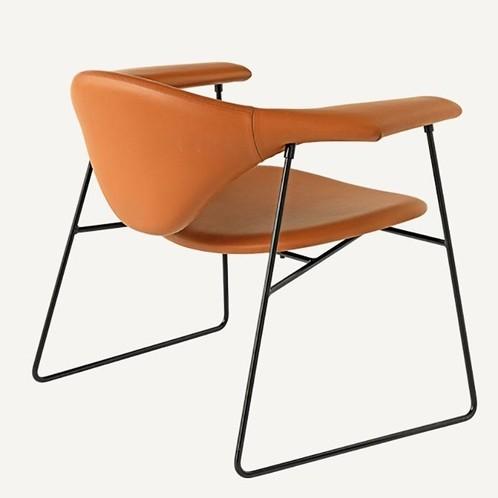 Gubi - Gubi Masculo Lounge Chair - cognac/Gestell schwarz/Leder Dunes 2100011 Cognac/Sitzhöhe: 35cm