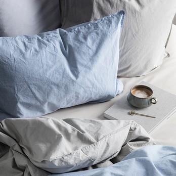 Bett mit Kaffee und Buch