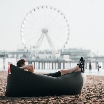 Sitzsack am Strand, im Hintergrund ein Riesenrad