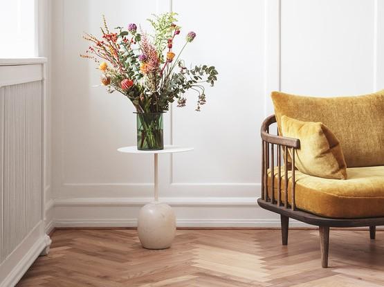 Couch mit großem Blumenstrauß auf einem Beistelltisch
