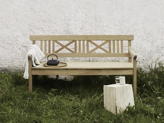 Holzbank auf einer Wiese