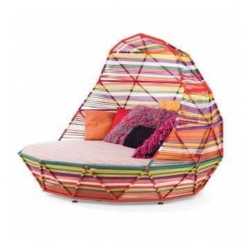 - Tropicalia Tagesbett - mehrfarbig/2 Kissen 40x40cm/2 Kissen 52x28cm/3 Kissen 57x57cm/Fußgleiter aus PVC/186x137x186cm/Gestell rot lackiert RAL 3020