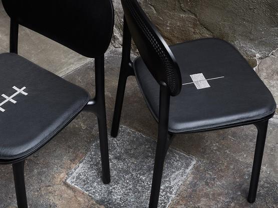 Zwei schwarze Zanat Stühle