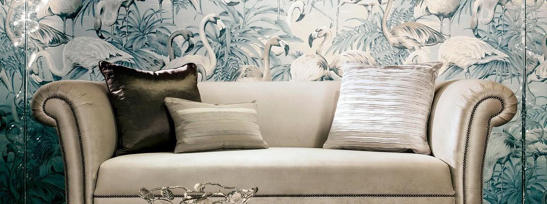 Sofa vor Vogel Tapette