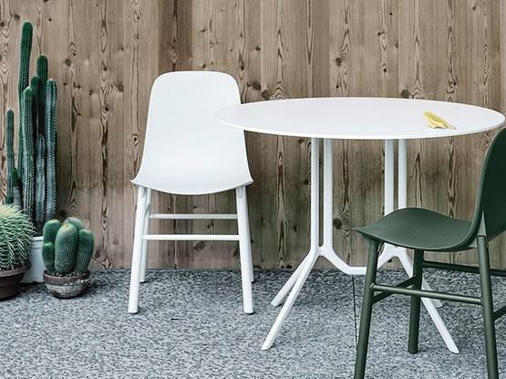 Garten Set bestehend aus zwei Stühlen und einem Tisch