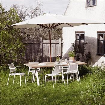 Garten mit Esstisch und Sonnenschirm