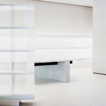Raum mit Marmor Tisch