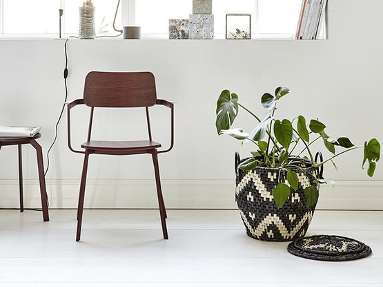 Stuhl mit Pflanztopf daneben