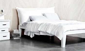 Modernes Doppelbett in weiß