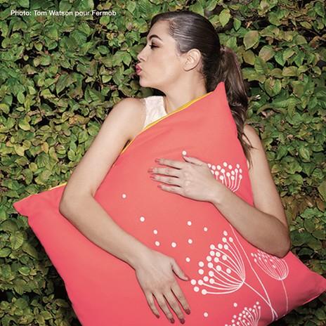 Frau mit großem Kissen im Arm