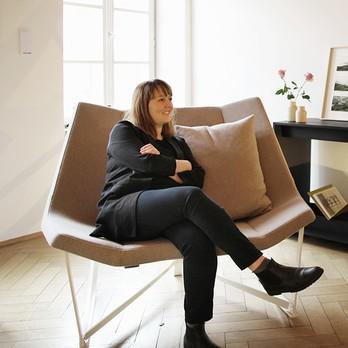 Frau auf großem Stuhl