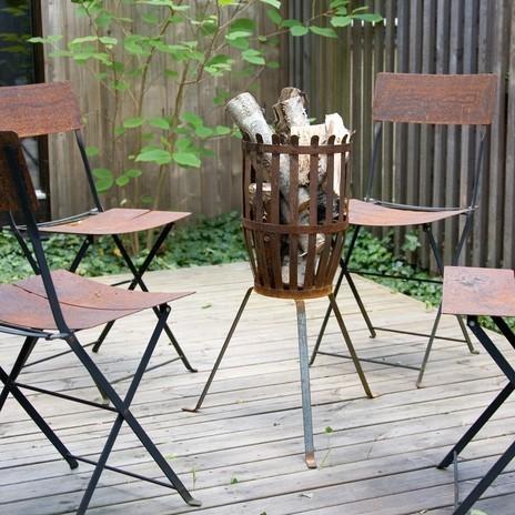 Lagerfeuer mit 4 Stühlen drumherum