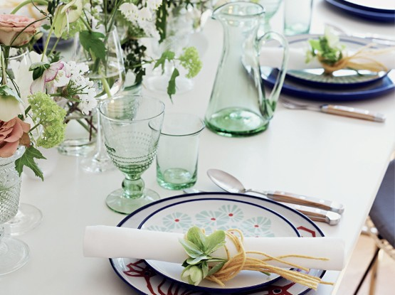 Gedeckter Esstisch mit Menükarte