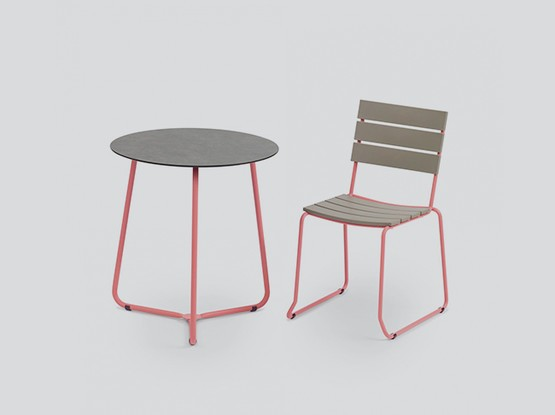 Stuhl mit hohem Tisch