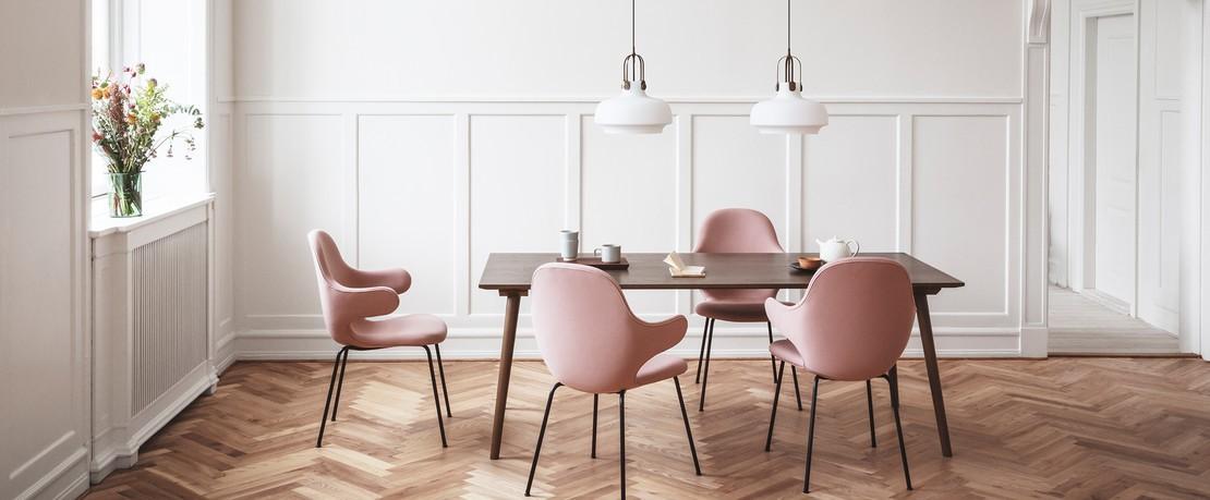 Esstisch mit rosa Stühlen