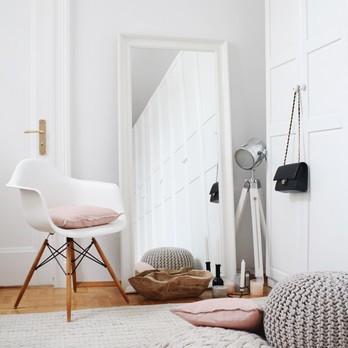 Ankleidezimmer mit Stuhl und dekoration