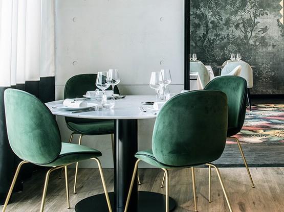 Esstisch mit grünen Samtstühlen