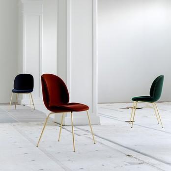 Drei Stühle aus Samt
