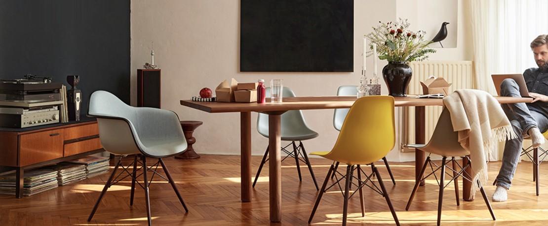 Vitra Esstisch mit dem bekannten Plastic Chair