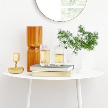 Beistelltisch mit Gläsern und Blumenstrauß