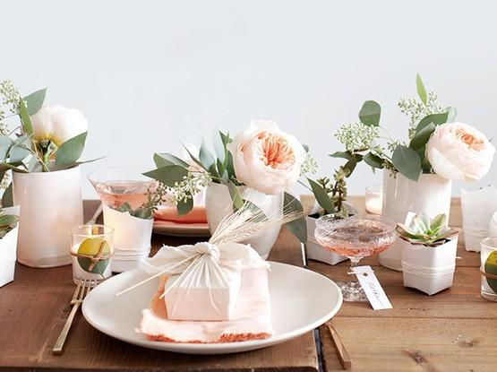 Gedeckter Tisch mit Blumendekoration