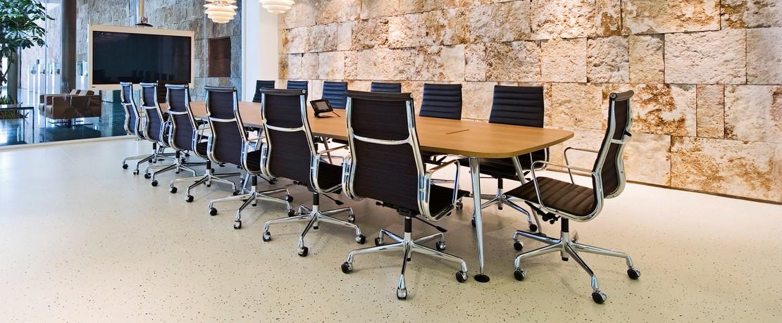 Vitra Konferenztisch mit Aluminium Chair Bürostuhl