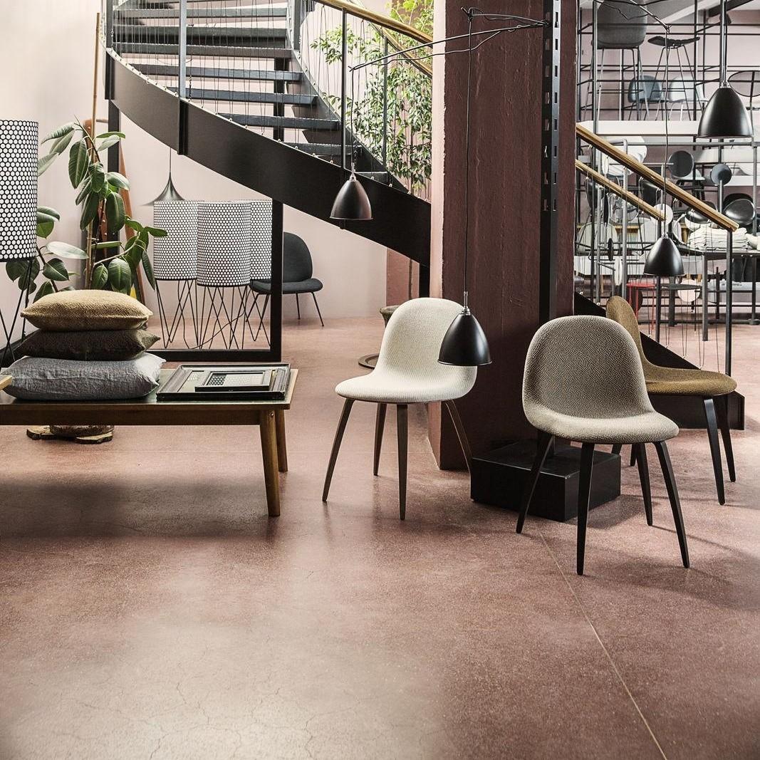 Gubi 3d stuhl gepolstert mit holzgestell ambientedirect for Stuhl gepolstert