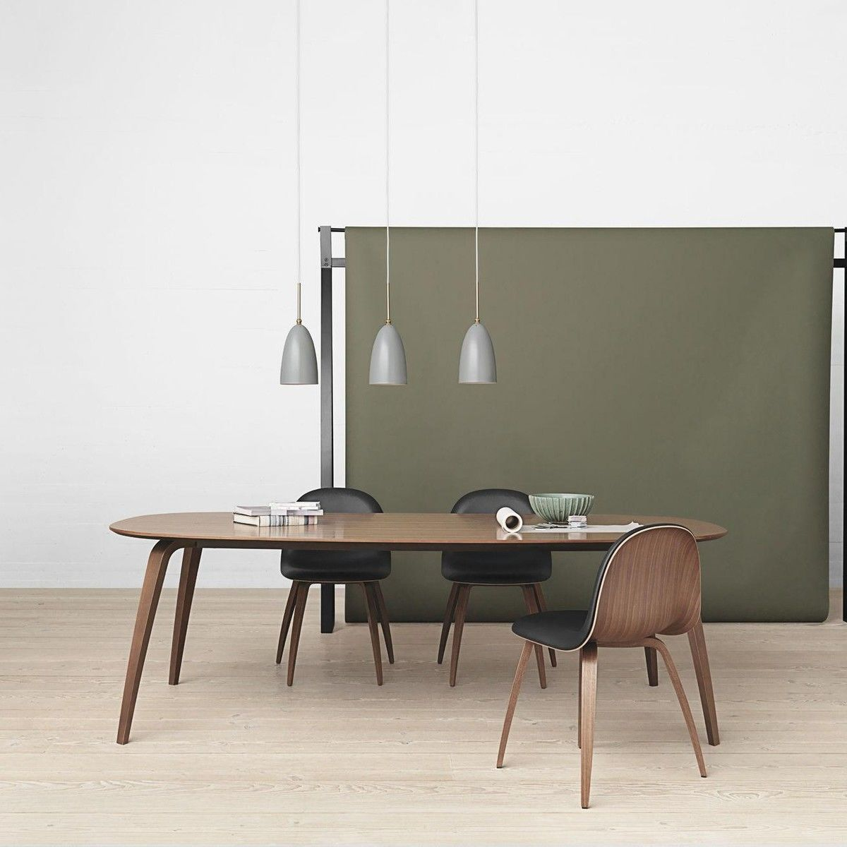gubi chair 5 chaise avec pi tement en bois gubi. Black Bedroom Furniture Sets. Home Design Ideas