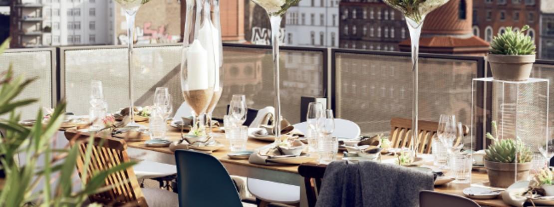 Dachterasse mit gedecktem Tisch